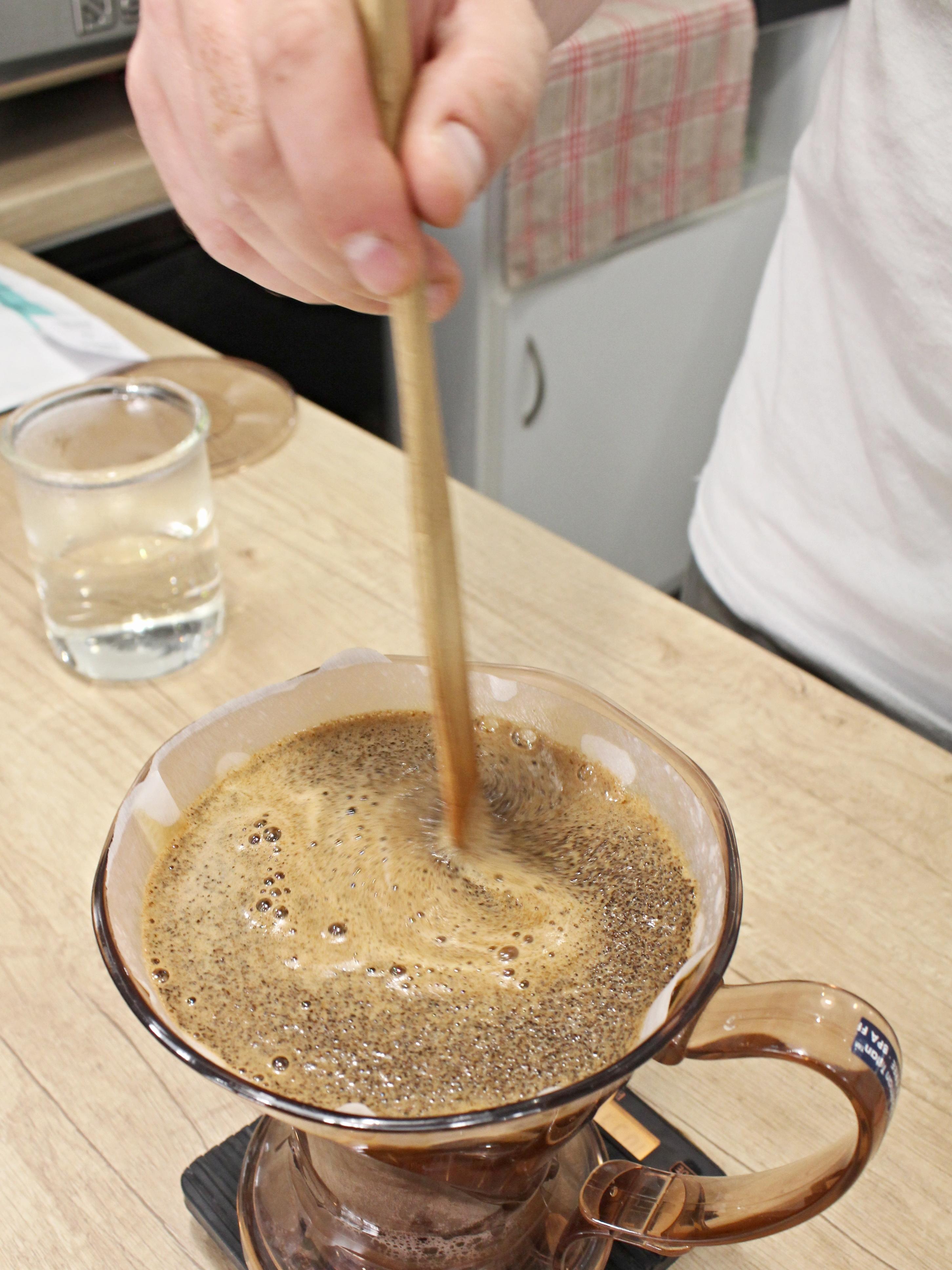 """Clever Dripper aneb """"chytráček"""" a jak na něj – příprava kávy doma"""